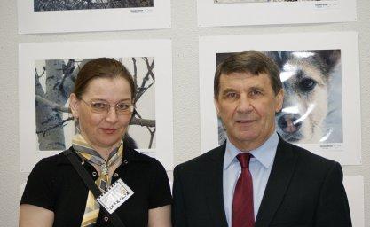 Автор снимков - Наталья Алексеева с губернатором Магаданской области Николаем Дудовым на выставке 2012 года