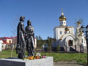 Общий вид храма Преображения Господня летом 2015 года со стороны памятника св. Петру и Февронии
